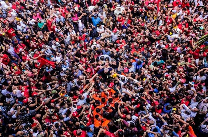 Lula rodeado